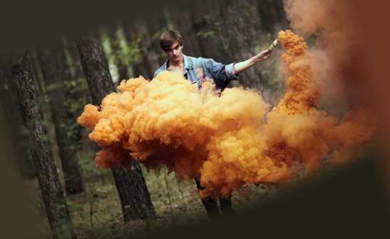 Процесс применения дымовой шашки против тараканов