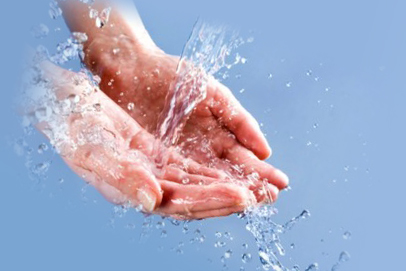 Процесс помывки рук в воде