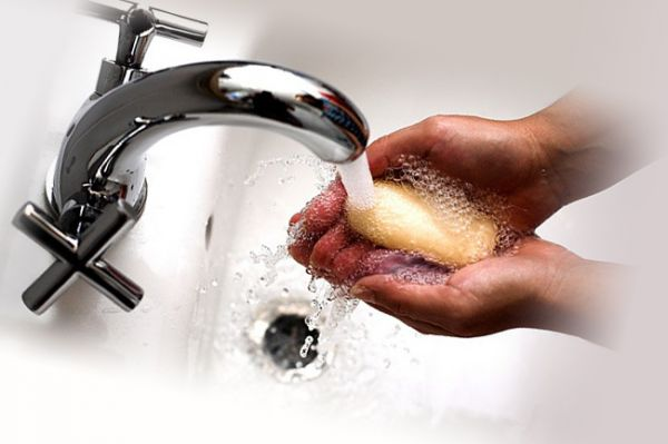 Руки с мылом под краном
